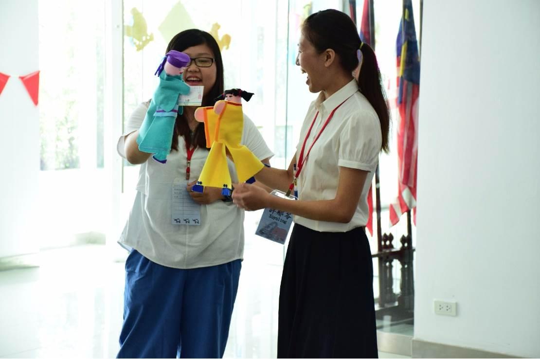 02.葉柏妤(左)在泰國斯巴頓大學用布袋戲偶輔助教學(葉柏妤提供)