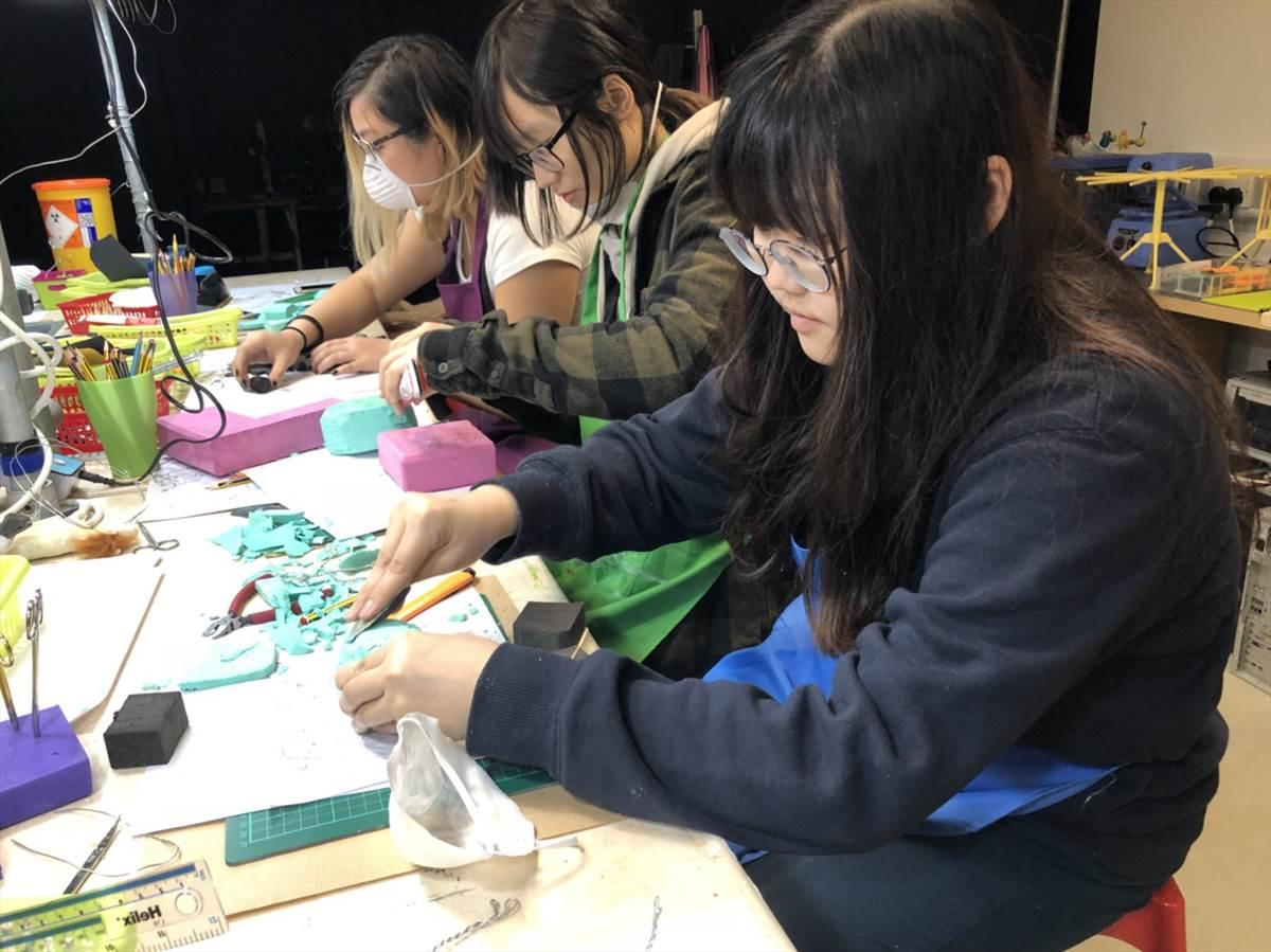 05.葉柏妤(右1)專注於動畫模組課程(葉柏妤提供)