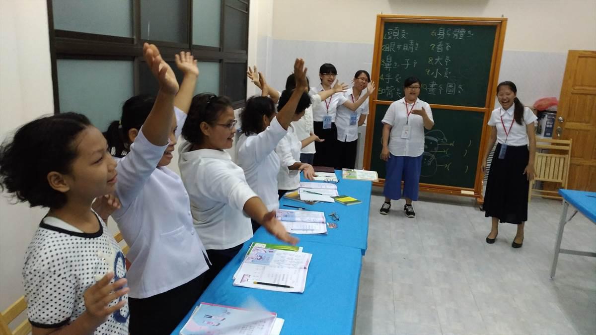01.葉柏妤(右2)在泰國四色菊府的彌勒佛院教當地學童華語 (葉柏妤提供)