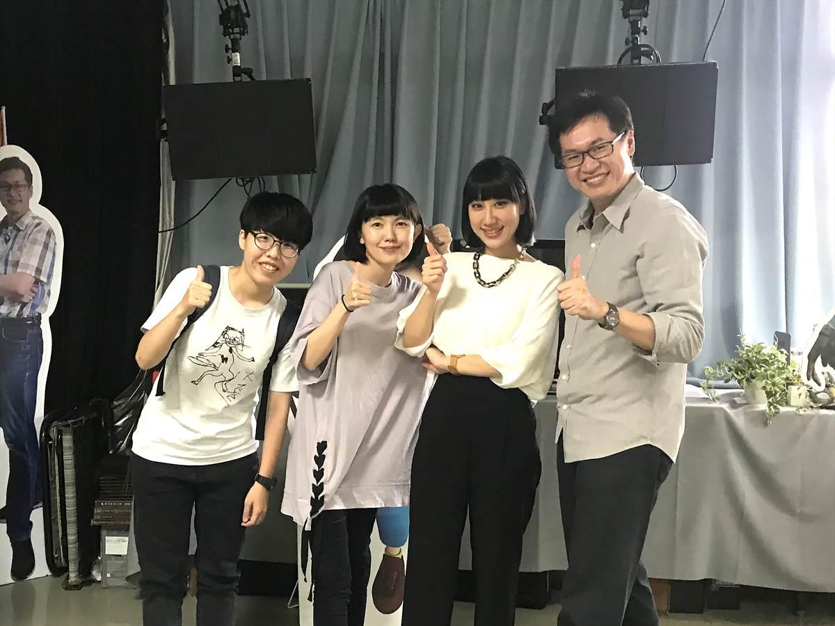 02.石艾玄(右2)回母校演講與大學指導老師鄧偉炘(右1)和同學們合照