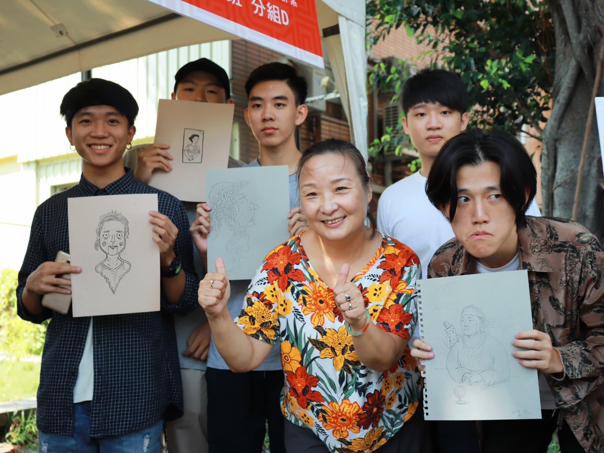 03.本校插畫專班學生現場為民眾進行插畫速寫,獲得民眾熱烈好評